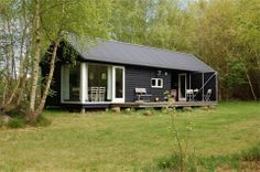 In this article we showcase 13 small prefab cottages ideas. Discover small prefab cottages design and ideas inspiration from a variety of color, decor and theme options. Prefab Cottages, Prefab Cabins, Cabins And Cottages, Prefab Homes, Small Modular Homes, Modular Cabins, Construction Chalet, Summer Cabins, Long House