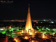 """CATEDRAL DE MARINGÁ - Paraná - Brasil. Ou Catedral Basílica Menor Nossa Senhora da Glória, templo católitoco, símbolo da cidade e a mais alta  da América Latina. Inspirada e idealizada na era dos """"Sputniks. Seu cone possui altura externa de 114 metros, sustentando uma cruz de 10 m, perfazendo um total de 124 m de altura. Sua capacidade é de 3.500 pessoas. Foi construída no período de julho de 1959 a maio de 1972. Sua obras em concreto foram concluídas em 10 de maio de 1972.  (Fonte…"""