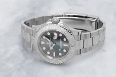 Rolesor is very well known, but do you know Rolesium? With the Rolex Yachtmaster series Rolex once introduced the material Rolesium. The model with the reference number 126622 puts this wonderfully in scene. Buy Rolex, Rolex Models, Luxury Watch Brands, Rolex Watches, Bracelet Watch, Scene, Number, Stuff To Buy, Stage
