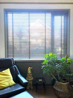 Houten jaloezieën in de woonkamer Inspireren, Blinds, Dressing, Curtains, Blog, Home Decor, Decoration Home, Room Decor, Shades Blinds