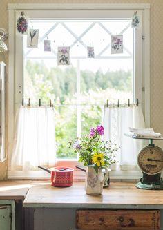 Korvaa perinteiset ikkunaverhot kasveilla, korteilla tai vaikka kalaverkolla. Katso Unelmien Talo&Kodin hauskat ideat.