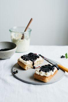 Sommer freitags !: Macadamia Ricotta & Black Currant Jam Auf Toast |  V |  Dolly und Haferflocken