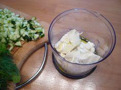 Le tzaziki est une spécialité grecque qui accompagne aussi bien l'apéritif que les sandwichs ou salades. Il sent bon l'été et les vacances! Oui, mais nous on travaille, on a 5 minutes devant nous, mais on veut bien de ce vent estival pour l'apéritif… alors voilà une version végétale du tzaziki qui vous surprendra par…