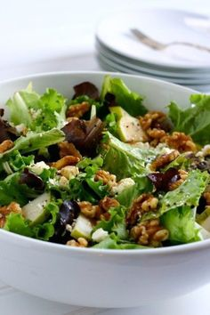 20 Salads Hearty Enough for Tonight's Dinner ♥ The Family Kitchen Pear Salad with Walnuts and Feta Recipe yummmm. Ingredients 1 bag spring mix salad 2 pears, cored and thinly sliced cup walnuts cup crumbled feta cheese 2 tablespoons balsamic vinegar 3 t I Love Food, Good Food, Yummy Food, Tasty, Do It Yourself Food, Clean Eating, Healthy Eating, Cooking Recipes, Healthy Recipes