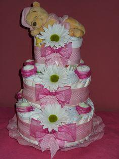 torta di pannolini con sette bavaglini quattro paia di calze a fiore e porta ciuccio sul retro