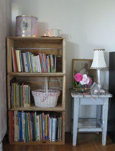 Mueble porta libros con cajones de madera
