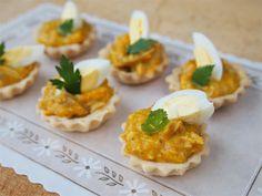 Tartaletas de Ají de Gallina: Mini tarts of classic Peruvian creamed chicken with yellow aji chili