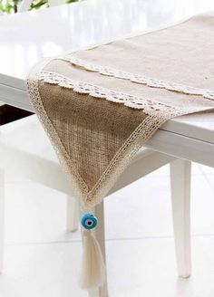 Use burlap in a new role: pretty and practical DIY tablecloths Burlap Table Runners, Quilted Table Runners, Burlap Crafts, Diy And Crafts, Handmade Decorations, Table Decorations, Farmhouse Table Decor, Cottage Crafts, Deco Table