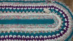 alfombra ovalada con diseño en trapillo