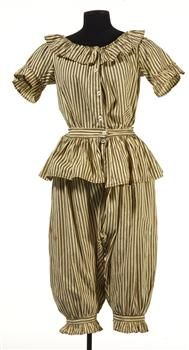 Women's Bathing Costume: Cotton: English: ref Museum of New Zealand Te Papa Tongarewa Love Vintage, Vintage Mode, Vintage Ladies, Belle Epoque, Vintage Outfits, Vintage Dresses, Historical Costume, Historical Clothing, Edwardian Fashion