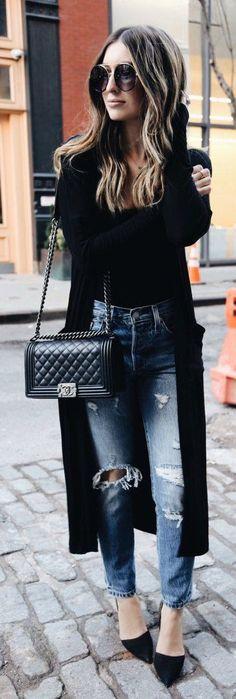 Black Coat / Black Top / Destroyed & Ripped Skinny Jeans / Black Pumps / Black Quilted Shoulder Bag
