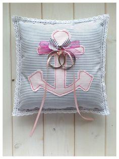 Ringkissen Anker aus leichtem Baumwolstoff, gestreift und mit Anker als Applikation in pastell rosa - ein Designerstück von Loveli-Hochzeitsplanung bei DaWanda