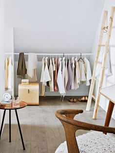 Unterm Dach: Schlafzimmer mit Schrägen einrichten Diy Clothes Rack, Room Closet, Attic Closet, Walk In Closet, Barn Renovation, Tumblr Bedroom, Dressing Room, Cozy Bedroom, Loft