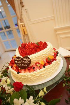 033 旬のイチゴをふんだんにあしらったウエディングケーキです。
