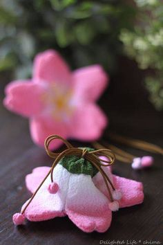 桜袋を2つ作りました。   昔の細工は芸が細かい。内袋が入ってちゃんと巾着になっているの。   ガクの部分が口べりになっています。   完成の後ろはこんな感じ。細い組紐がこの色しかなかったけど、若草色じゃなくてもこれはこれで良い感じになりました。   手芸屋さんでちりめんを買おうと思ったらお高い!!それにダイソーのちりめん風はいつも品切れ状態だし…。 自転車でドライブ(健康のため)していたら着物の古着屋さんを見つけ、端切れを買ってみた。手にしたはいいけど汚れているし、くしゃみが連発するほど埃っぽい。ほとんど裏地が付いていたので丁寧に解き、ダメモトでネットに入れてオシャレ着用洗剤で洗濯機にかけちゃった。 まぁ~びっくりするほど真っ黒い水になっていましたわ~!!   あらあら想像を超え...