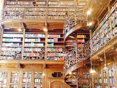 amazing library... looks like a real life version from Beauty and the Beast.