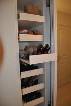 Rangement chaussures dans une entrée.