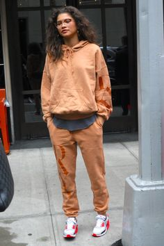 zendaya outfits / zendaya ` zendaya style ` zendaya aesthetic ` zendaya coleman ` zendaya outfits ` zendaya and jacob elordi ` zendaya hair ` zendaya makeup Mode Zendaya, Estilo Zendaya, Zendaya Street Style, Zendaya Outfits, Casual Street Style, Casual Outfits, Zendaya Makeup, Zendaya Hair, Zendaya Fashion