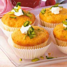 Für Muffins werden die feuchten (Ei, Joghurt, Öl) und trockenen Zutaten (Mehl, Mandeln) immer erst getrennt gemischt, bevor beide Mischungen vermengt...