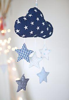 Liebevoll handgearbeitetes Mobile mit einer Wolke und fünf Sternen. Die Wolke und die Sterne sind aus verschiedenen Baumwollstoff genäht und mit Füllwatte gefüllt.  Ein besonderes Geschenk zur...