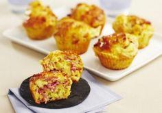 Préchauffez votre four Th.7 (200°C). Coupez le Comté en petits dés. Lavez et ciselez la ciboulette. Dans un saladier, versez la farine et la levure chimique. Faites un puit et ajoutez les œufs, l'huile et le lait. Ajoutez les dés de Comté, la ciboulette et le Râpé de Jambon. Salez et poivrez. Répartissez la pâte dans les caissettes beurrées et faites cuire dans votre four environ 15 minutes. Quiche Muffins, Cookie Bowls, Pie Crumble, Cake Factory, Lunch Recipes, Entrees, Brunch, Food And Drink, Cooking