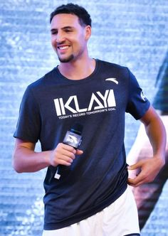 NBA player Klay Thompson of the Golden State Warriors meets fans at Happy Family Mall on June 26 2017 in Shenyang China Basketball Moves, Girls Basketball Shoes, Basketball Players, Basketball Scoreboard, College Basketball, 2018 Nba Champions, Golden State Basketball, Curry Warriors, Splash Brothers
