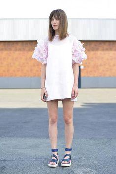 Designerin Anna K in einem Kleid aus ihrer eigenen Kollektion vor der Thom Browne Show.
