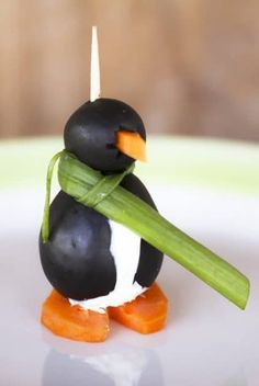 Black Olive Penguins by Foodie with Family. These super cute cream cheese filled black olive penguins are the hit of every party, but they make a seriously adorable late afternoon snack, too! Easy Christmas Candy Recipes, Holiday Snacks, Holiday Appetizers, Appetizer Recipes, Holiday Recipes, Christmas Treats, Christmas Parties, Kids Christmas, Christmas Lights