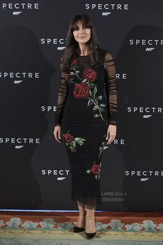 Monica Bellucci Print Dress - Monica Bellucci was all about gothic romance in a sheer-sleeve black rose-print dress by Dolce & Gabbana at the 'Spectre' Madrid photocall. Celebrity Red Carpet, Celebrity Style, Kate Middleton, Monica Bellucci Movies, The Spectre, Hollywood Red Carpet, Rose Print Dress, Italian Women, Sophisticated Dress