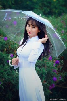 Under the umbrella Vietnamese Men, Vietnamese Dress, Very Beautiful Woman, Beautiful Asian Women, Vietnamese Traditional Dress, Traditional Dresses, Asian Woman, Asian Girl, Asian Ladies