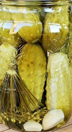 Learning how to can homemade dill pickles is a great way to save on the home budget. Canning and preserving homemade dill pickles. Canning Dill Pickles, Garlic Dill Pickles, Pickled Garlic, Pickled Cucumber Recipe Vinegar, Pickled Asparagus, Pickled Eggs, Food Storage, Homemade Pickles, Recipe For Salt Pickles