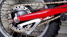 <p>A finales de la década de los '70, la evolución técnica de las motos de cross y enduro estaba enfocada en su mayor parte a los sistemas progresivos de suspensión trasera. Montesa no fue ajena a esta tendencia.</p>