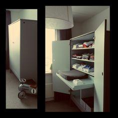 Kledingkast babykamer met uitschuifbare commodelade (gemaakt door Van Oorschot Interieurs, 2014)