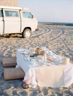 repas diner pique nique sur la plage sur le sable table au ras du sol source camillestyle