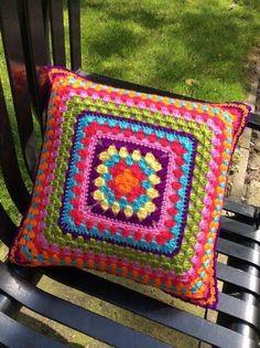 Funda de cojín tejido en ganchillo crochet modelo ganny square de 40 x 40 centimetros ideal para tu casa. www.lafabricadecucadas.com
