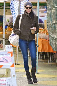 """""""Като се започне седмицата на разстояние прав!"""" Лора Препон отиде инкогнито за соло обиколка по магазините да Venice Beach Фермерите пазар в понеделник"""