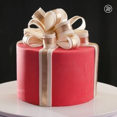 most beautiful present cake! The most beautiful present cake! -The most beautiful present cake! Beautiful Wedding Cakes, Beautiful Cakes, Amazing Cakes, Beautiful Birthday Cakes, Beautiful Beautiful, Cake Decorating Videos, Cake Decorating Techniques, Cake Decorating Icing, Christmas Cake Decorations