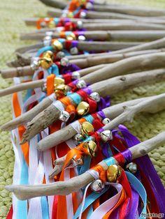 Φτιάξε κι εσύ μαγικά ραβδιά από ξύλα θαλάσσης και κορδέλες για το πιτσιρίκι σου! Βήμα βήμα οδηγίες στο ftiaxto.gr!