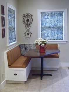New kitchen corner banquette round tables ideas Corner Kitchen Tables, Corner Banquette, Kitchen Table Bench, Corner Seating, Dining Table With Bench, Kitchen Seating, Dining Nook, Kitchen Nook, Kitchen Banquette Ideas