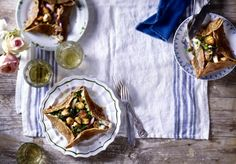 Petites galettes bretonnes (gefüllte Buchweizenpfannkuchen mit Pilz-Spinat-Gemüse) Rezept | LECKER