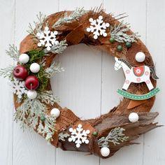 Vánoční+věnec+England+Vánoční+věnec+na+dveře+v+moderním+stylu+z+přírodního+materiálu.+Výhodou+tohoto+věnce+je+možnost+využití+po+více+sezón,+rozhodně+vám+nezvadne+ani+neopadá.+Vhodný+do+interiéru+i+exteriéru.+Průměr:+32+cm