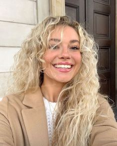 What is retinol? Can it really change the life of your skin? Discover how this acne-fighting, anti-aging, and color-correcting superpower ingredient can work wonders on your skin! Blonde Hair Looks, Blonde Curls, Brown Blonde Hair, Blond Curly Hair, Blonde Honey, Hair Inspo, Hair Inspiration, Curly Hair Styles, Natural Hair Styles