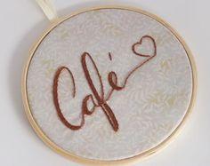 Café <3 Quadro bordado à mão em tecido estampado, emoldurado no bastidor de 16cm de diâmetro. Embroidery Flowers Pattern, Learn Embroidery, Flower Patterns, Wedding Embroidery, Couture, Coffee Punch, Cross Stitch, Sewing, Handmade