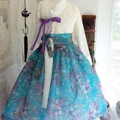 워싱턴에서 결혼식에 입으실거라고.. 모녀가 맞춤 주문하신 따님이 입게 될 한복입니다: ) 같은 겉감에 안감을 달리해, 어머니는 깊이있는는 느낌을…