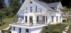 Bauen am Hang - Außenansicht mit Terrasse