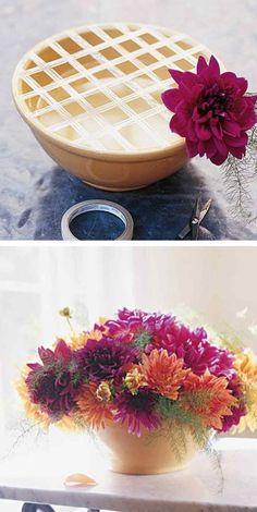 # 1. Verwenden Sie ein Raster von Band Ihre Blumen an Ort und Stelle zu halten. - 13 Clever Flower Arrangement Tipps & Tricks