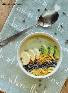 Smoothie Bowl kiwi e banana. Smoothie Bowls are not just smoothies, but real sources of well-being. They are very healthy and energetic spoonful desserts. #sonia'srecipes #recipes #smoothiebowl #banana #kiwi #yogurt Healthy Breakfast Smoothies, Best Breakfast, Healthy Breakfast Recipes, Healthy Snacks, Fruit Recipes, Smoothie Recipes, Healthy Juices, Smoothie Bowl, Food