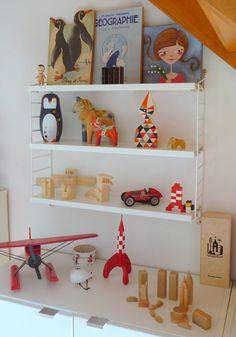 String shelf in my home office string pocket addict! String Regal, String Shelf, London Kids, Nursery Shelves, Toy Rooms, Kids Room Design, Inspiration For Kids, Nursery Neutral, Kid Spaces