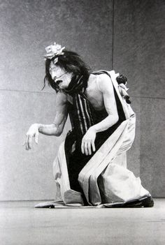 Kazuo Ohno was a Japanese dancer who became a guru and inspirational figure in the dance form known as Butoh. Poses, Mime, Les Fables, Modern Dance, Horror Art, Macabre, Japanese Art, Dark Art, Scary