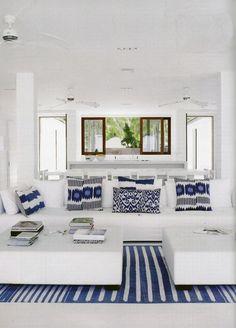 Refrescante #azul y neutro #blanco, combinación de colores muy utilizada en #verano por su asociación a ambientes marinos, lo cual también permite la decoración con tapizados y textiles estampados con #cuadros y #rayas, alusivo al #mar.